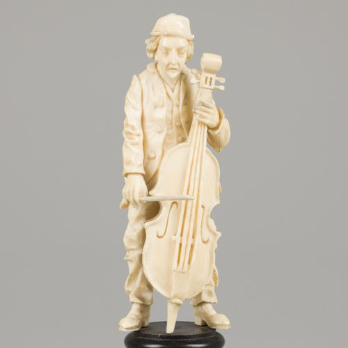 An ivory sculpture of a man with bass, 19th century. Dim. 20 x 5 cm. Estimation …