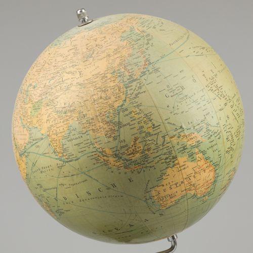 "A terrestial globe, ""Staatkundig Globe"", ca. 1960. 在一个树脂基座上。测量。长:51厘米。估计:40 60欧元…"