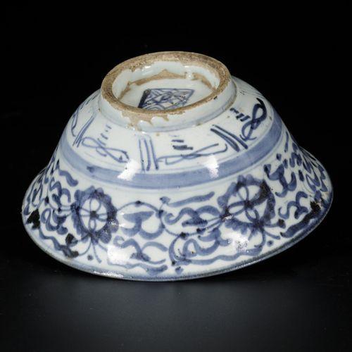 A lot of (2) Swatow bowls, China, 19th century. Diam. 16,5 cm. Éclats et lignes …