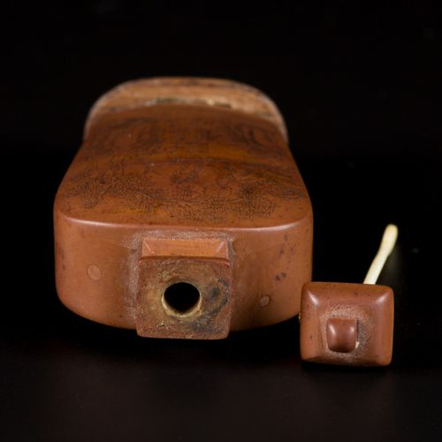A wooden snuff bottle with landscape decor, China, 19th century. H. 7,5 cm. Fent…