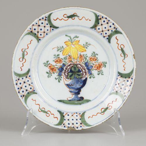 A lot of (4) earthenware plates with polychrome decor. 直径22厘米。边缘处有损坏。估计:40 60欧元。