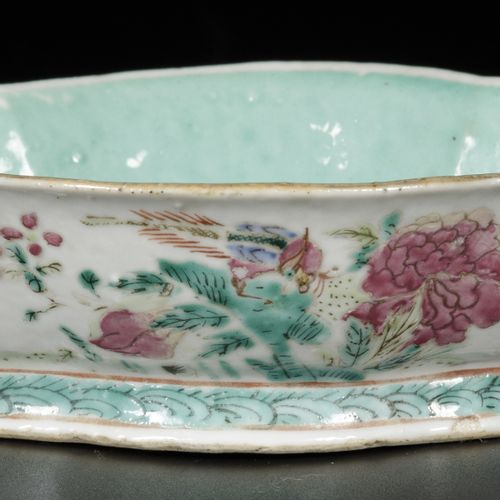 A porcelain bowl with famille rose decor, China, 19th century. 尺寸。5 x 18.5 x 13.…