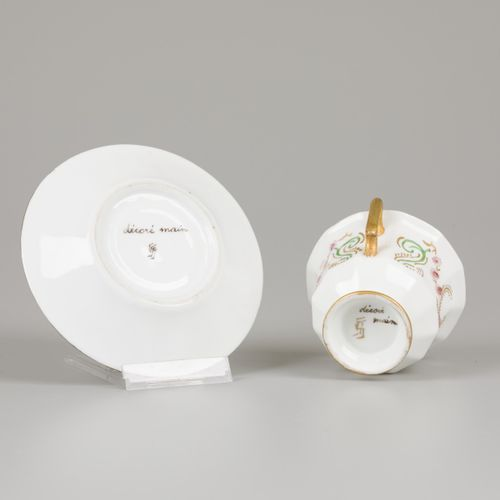A (26) piece porcelain service with floral decor. France, 19th century. 估计:50 10…