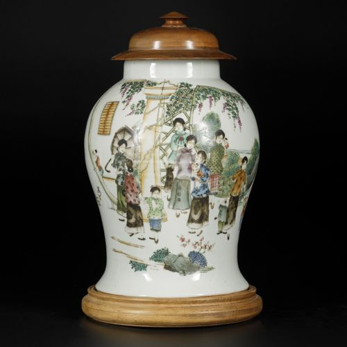 A porcelain lidded vase with Qianjiang Cai decor, China, 19/20th century. Avec c…