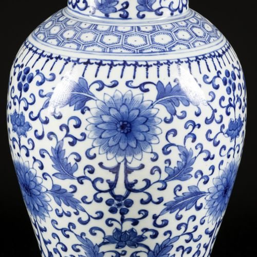 A porcelain lidded vase with floral decoration, China, 19th/20th century. Dim. 4…