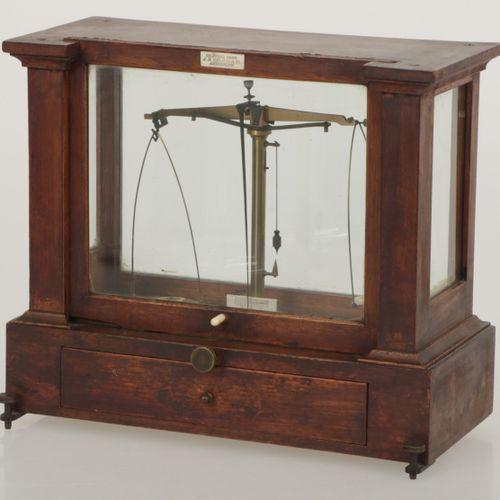 A pharmacy balance, Dutch, late 19th century. Avec inscription : J.B. Delius & C…