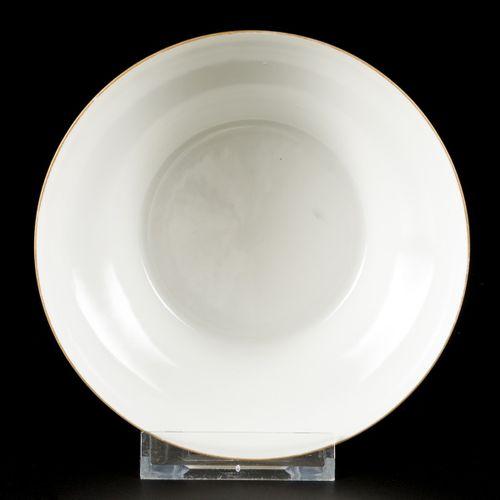 A porcelain Qiang Yang Cai bowl, China, 20th century. 尺寸。4 x 13.5 cm.估计:600 800欧…