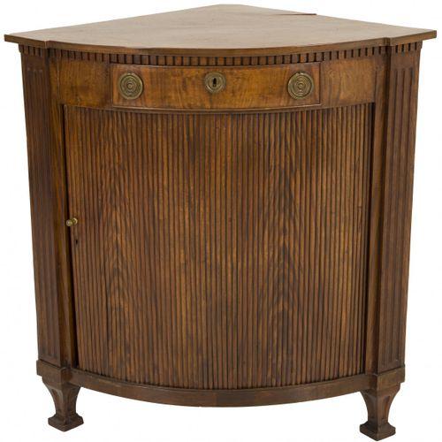 A mahogany corner cabinet, Dutch, ca. 1800. 单个抽屉上方有凹陷的边框,卷帘,点缀着镂空的桃花心木贴面,两侧是凹槽的门…