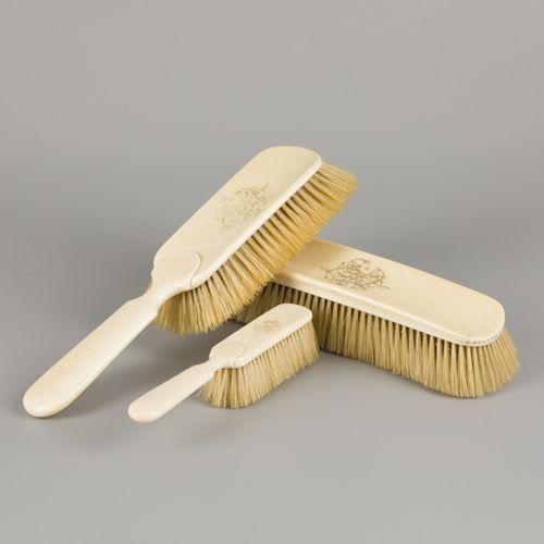 An ivory vanity set comprising (3) various brushes, ca. 1900 / 1920. 都有字母图案。估计:4…