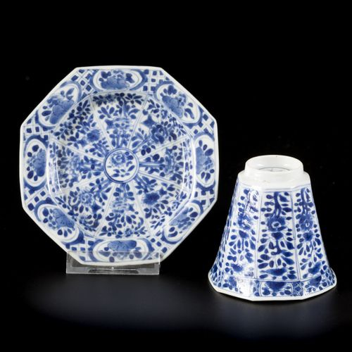 A porcelain angled 8 sided cup and saucer with floral decor, China, Kangxi. 直径。(…