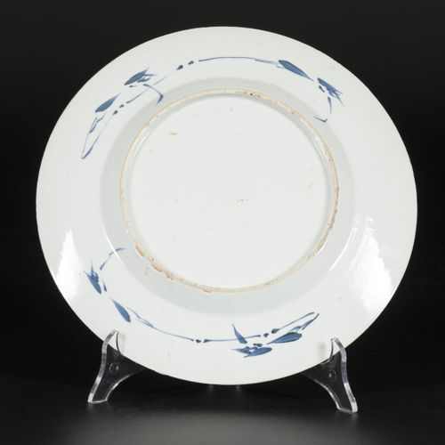 A porcelain plate with decoration of a vase with flowers, China, Kangxi. 直径27.5厘…