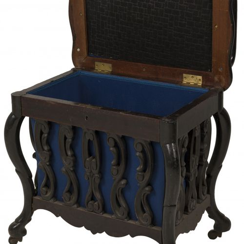 A blackened wooden Willem III style piano stool, Dutch, ca. 1900. Avec un platea…