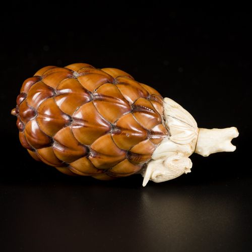 A pine cone snuff bottle with bone fittings, China, ca. 1900. H. 7,5 cm. Estimat…
