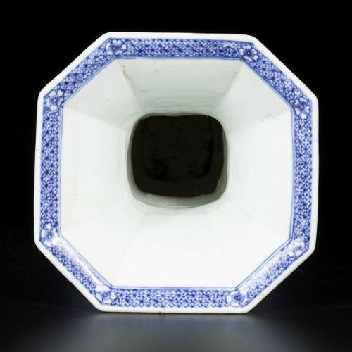 A large porcelain beaker vase, angled model, China, Kangxi. Dim.29 x 15厘米。底部已修复。…