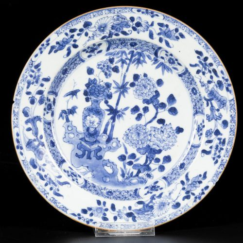 A set of (2) porcelain plates with floral decoration, China, 18th century. Diam.…