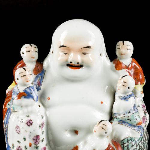 A porcelain Buddha with children, China, 1st half 20th century. Dim.20 x 17 cm.估…