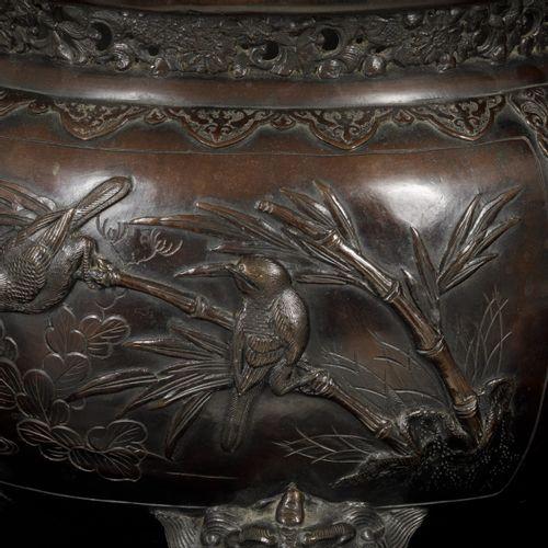 A bronze incense burner decorated with birds, Japan, Meji period. Dim.28 x 35 cm…