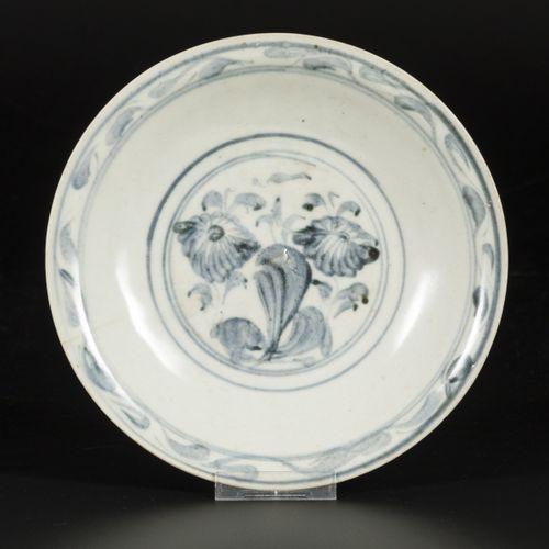 A porcelain bowl with floral decorations, China, Ming. Diam. 24 cm. Éclat et lig…