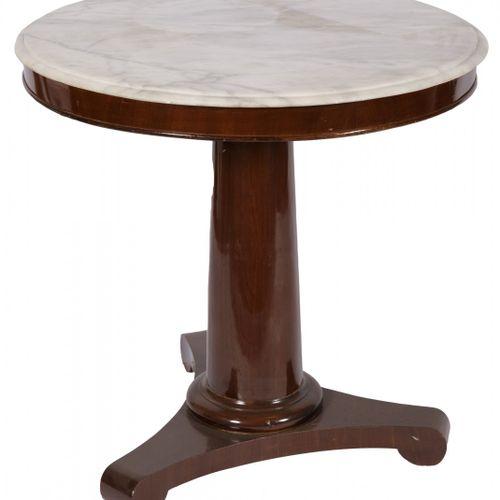 A Biedermeier stijl mahogany round table, Dutch, 20th century. 一个圆形的白色大理石异形顶,上面有…