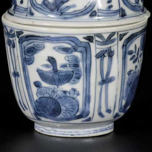 A porcelain lidded bowl with floral decor, China, Wanli. Dim.10.5 x 8厘米。有毛边。估计:1…