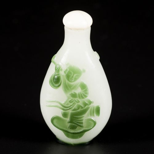 A glass snuff bottle with decoration of a boy, China, 19th century. H. 6,5 cm. E…