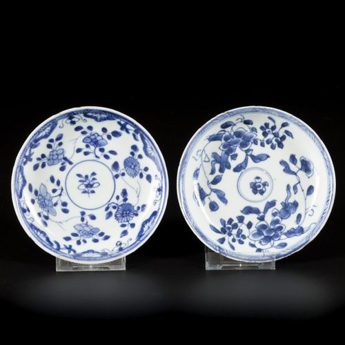 A set of (2) porcelain plates with floral decoration, China, 18th century. 直径13.…