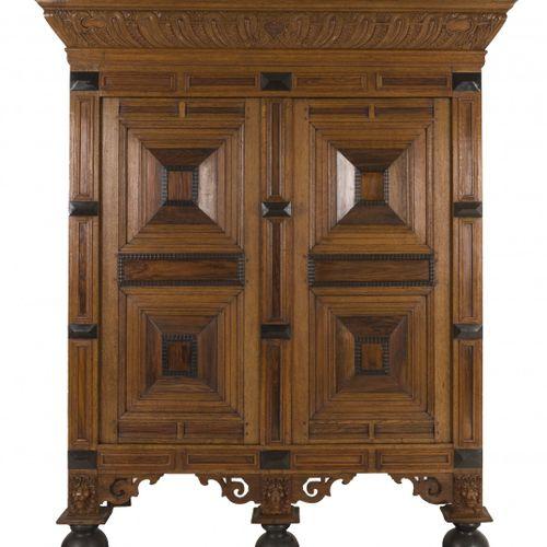 A so called 'Gelderse' pillow cabinet, Dutch, mid. 17th century. Une corniche lo…
