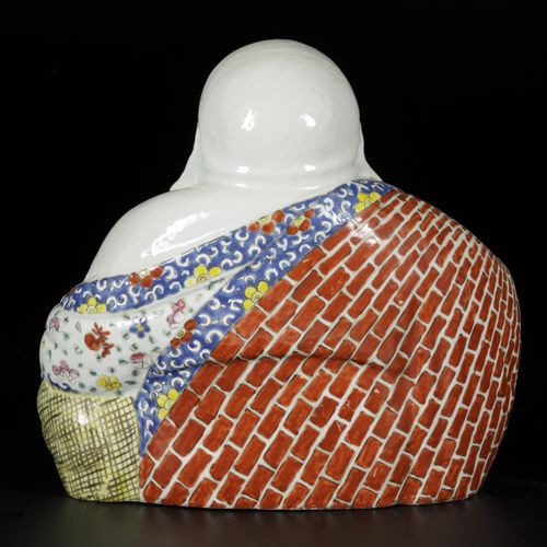 A porcelain Buddha with famille rose decor, China, 1st half 20th century. Dim. 2…