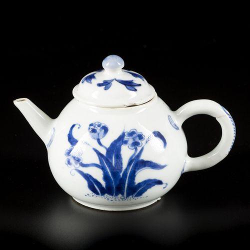 A porcelain teapot with floral decoration, China, Kangxi. Dim. 10 x 14 cm. Chips…