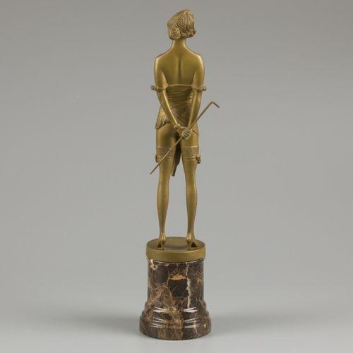 Bruno Zach (1891 1935), Girl with riding whip. . 签名(在底座上),大理石基座上的镀金青铜。高26.3厘米。(不…