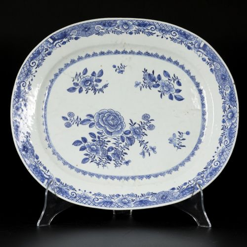 A set of (2) porcelain dishes with floral decoration, China, Qianlong. Diam. 42,…