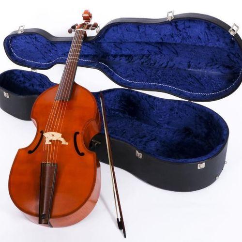 A viola da gamba Maestro, 7 string, in a suitcase. 裂缝(catgut琴弦)稍有移位,可以演奏。有年龄和使用的…
