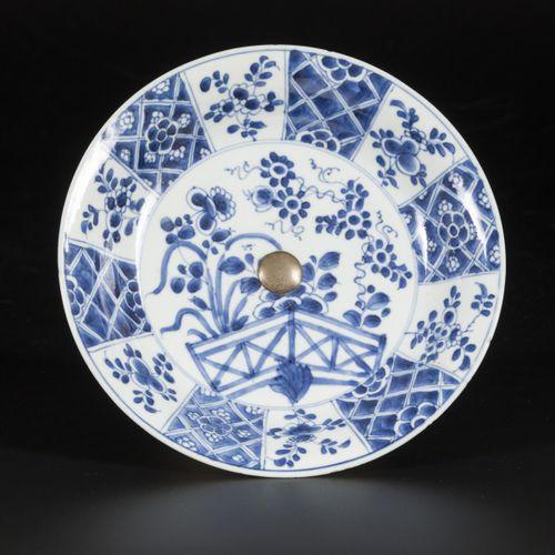 A porcelain plate on a silver base, China, Kangxi. Diam. 21 cm. Traces de cheveu…