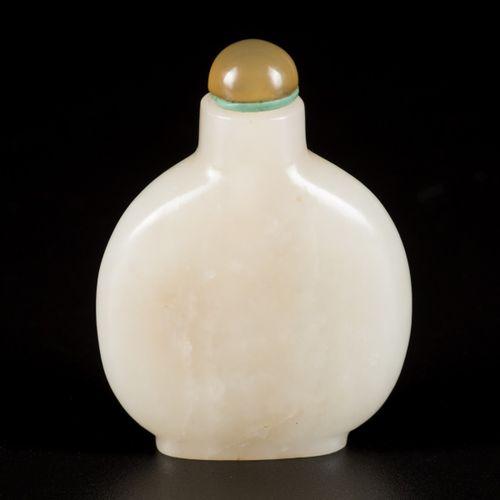 A Hetian white jade snuff bottle, flat model, China, 18th/19th century. H. 5,5 c…