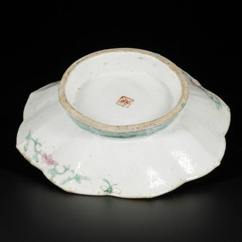 A porcelain bowl with floral decor, China, late 19th century. 尺寸。5.5 x 21 厘米。边缘损…