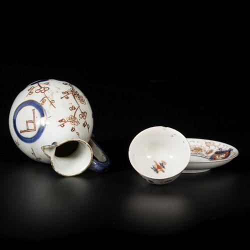 A porcelain jug Aqua and porcelain Imari cup and saucer Japan, 18th century. 估计:…