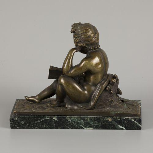 A cast bronze of a putto reading, ca. 1900. H. 18 cm. Estimation : 70 € 90 €.