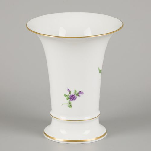 A porcelain beaker vase decorated with flowers. Meissen, late 20th century. Dim.…