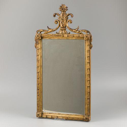 A gilt wood Louis XVI style mirror, Dutch, 19th century. Lindenwood, de crête en…