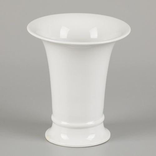 A porcelain beaker vase, Meissen, late 20th century. Dim. 13 x 12 cm. Estimation…