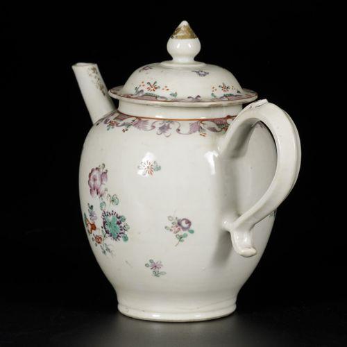 A porcelain teapot with Lowestoft decor, China, Qianglong. 20 x 23 cm. Estimatio…