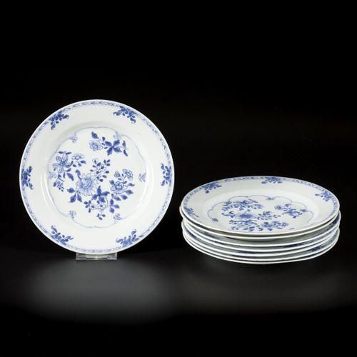 A set of (8) porcelain plates with floral decoration, China, Qianglong. Diamètre…