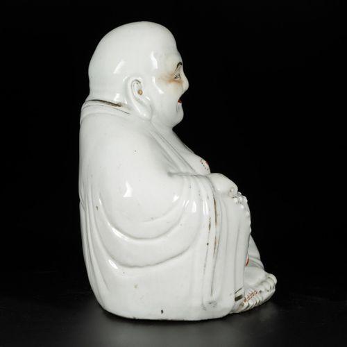 A porcelain Buddha, China, Republic period. 尺寸为25 x 22厘米。估计:150 250欧元。