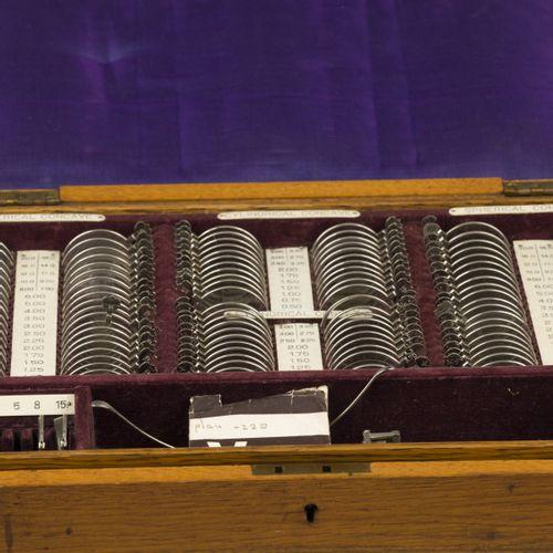 A lot comprising (2) optometrists' boxes. 其中一个框架是一个军事库房。估计:100 150欧元。