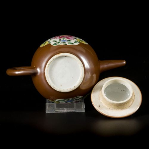 A porcelain famille rose teapot with lid, capucine exterior, China, 18th century…