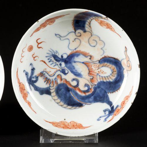 A set of (2) porcelain Imari plates with dragon decor, China, Kangxi. Diam. 13 c…
