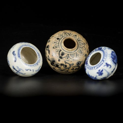 A lot comprising (3) porcelain vases with floral decorations, China, Ming. 边缘处有缺…
