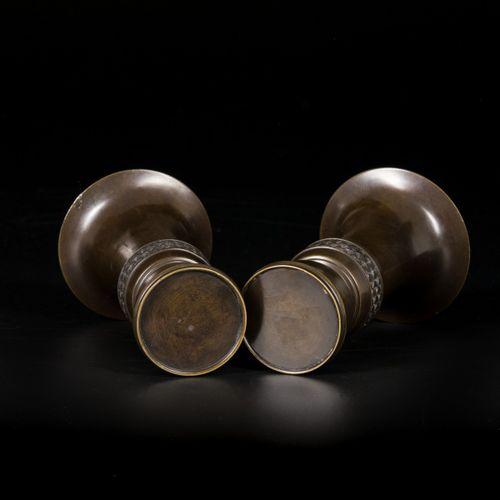 A set of (2) Meiji bronze trumpet vases, Japan, ca. 1900. 在大的边缘下是一个带有波浪图案的装饰带,上面…