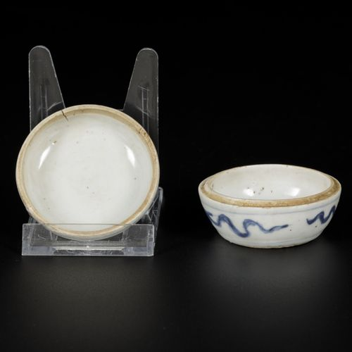 A porcelain lidded box with decor of a flower, China, Ming. Dim. 4 x 7 cm. Estim…