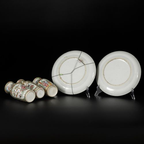 A lot of (3) porcelain vases and (2) plates with Canton decor, China, 19th centu…